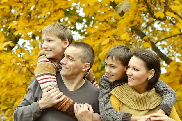 Portret van een gelukkige familie die ontspant in het herfstpark