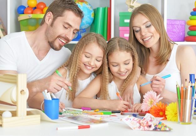 Portret van een gelukkige familie die samen schildert