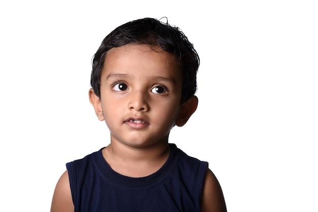 Portret van een gelukkige glimlachende jongen. expressie van kind.