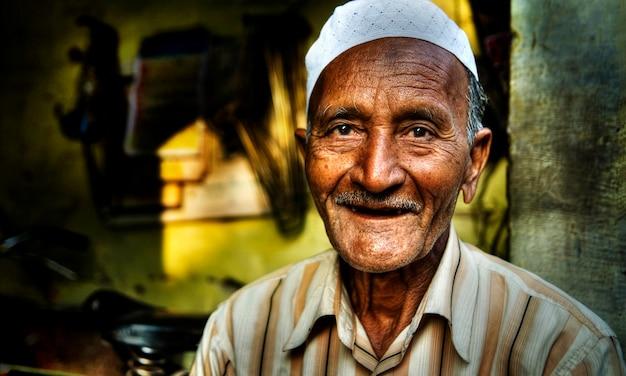 Portret van een gelukkige indiase man