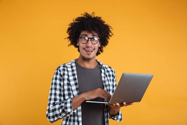 Portret van een gelukkige jonge afrikaanse man in brillen