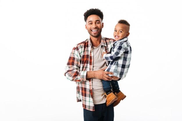 Portret van een gelukkige jonge afrikaanse man