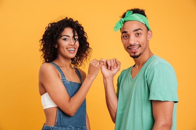 Portret van een gelukkige jonge afrikaanse paar