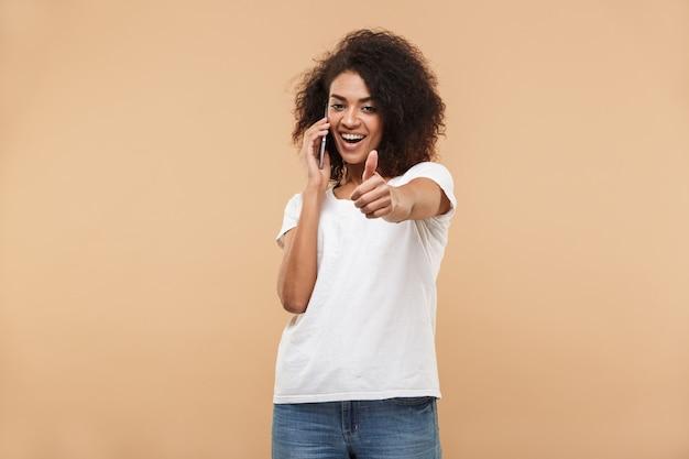 Portret van een gelukkige jonge afrikaanse vrouw