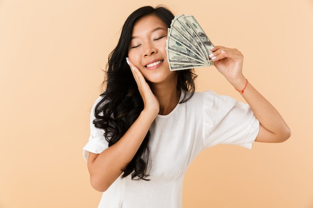 Portret van een gelukkige jonge aziatische vrouw