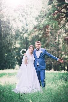 Portret van een gelukkige jonge bruid en bruidegom