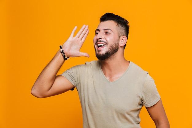 Portret van een gelukkige jonge casual man