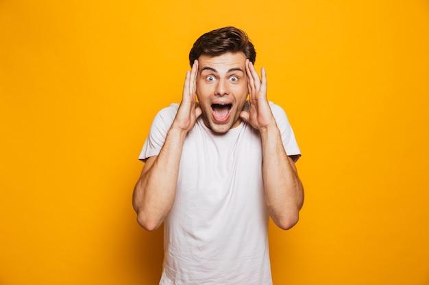 Portret van een gelukkige jonge man die succes viert