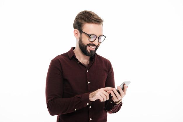 Portret van een gelukkige jonge man in brillen