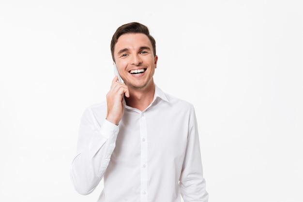 Portret van een gelukkige jonge man in een wit overhemd