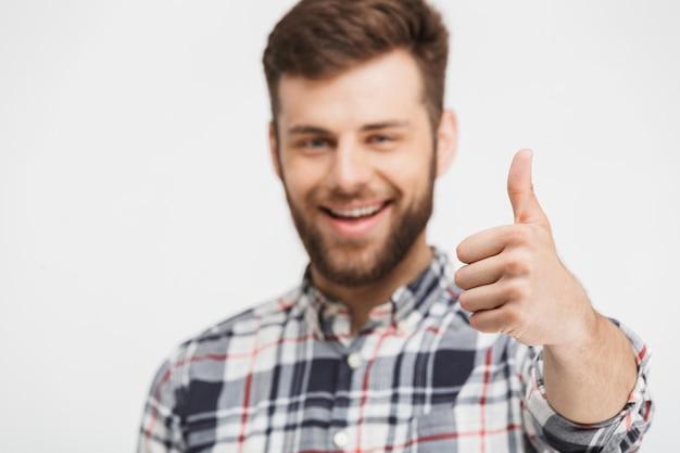 Portret van een gelukkige jonge man in geruite overhemd