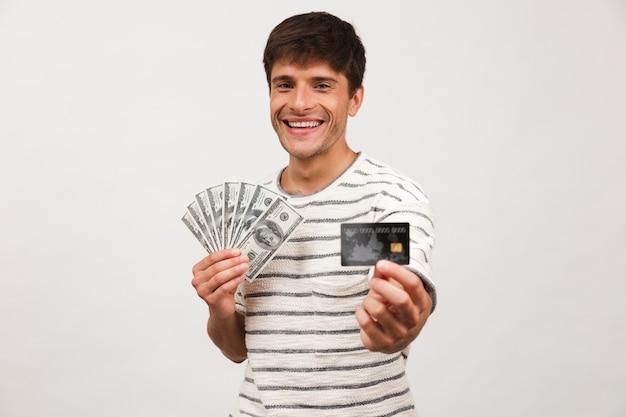 Portret van een gelukkige jonge man in stro
