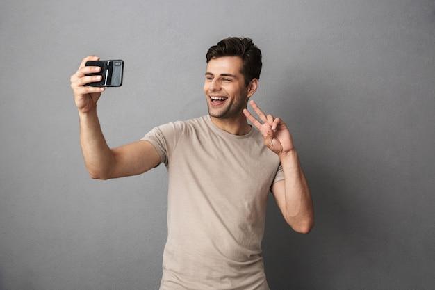 Portret van een gelukkige jonge man in t-shirt