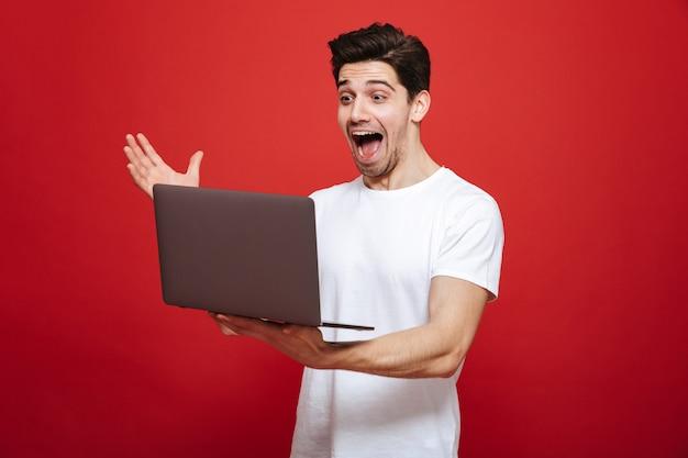 Portret van een gelukkige jonge man in wit t-shirt