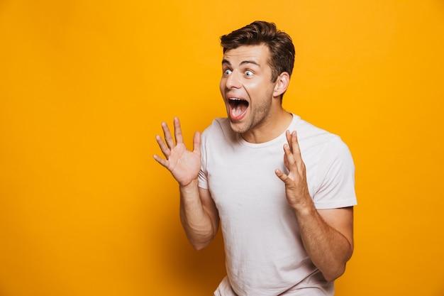 Portret van een gelukkige jonge man vieren