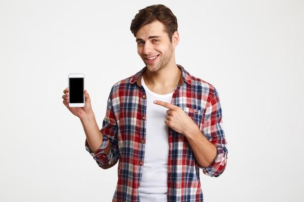 Portret van een gelukkige jonge man wijzende vinger