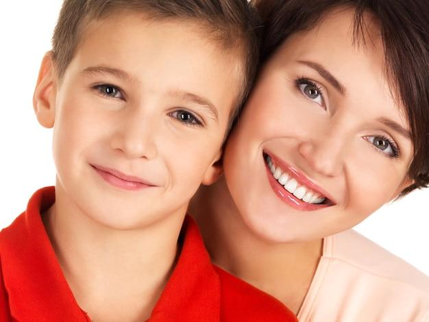 Portret van een gelukkige jonge moeder met zoon 8 éénjarigen over witte ruimte