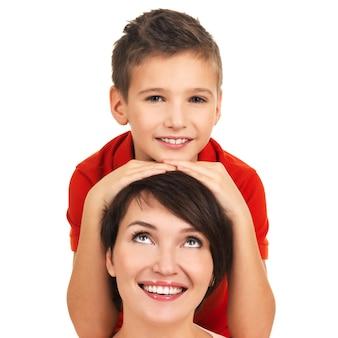 Portret van een gelukkige jonge moeder met zoon van 8 jaar oud op witte achtergrond