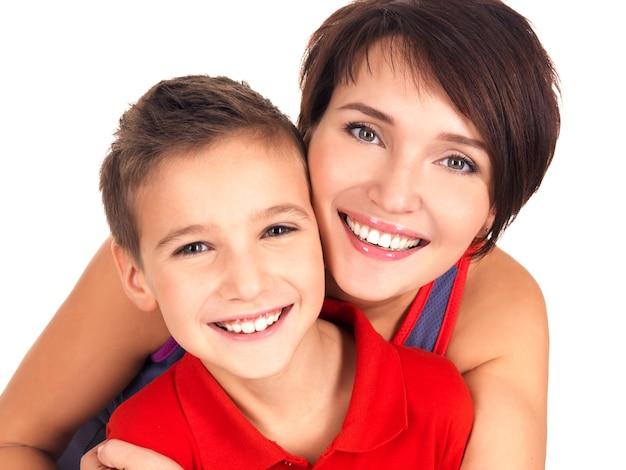 Portret van een gelukkige jonge moeder met zoon van 8 jaar oud