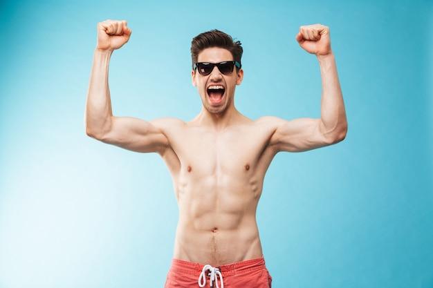 Portret van een gelukkige jonge shirtless man