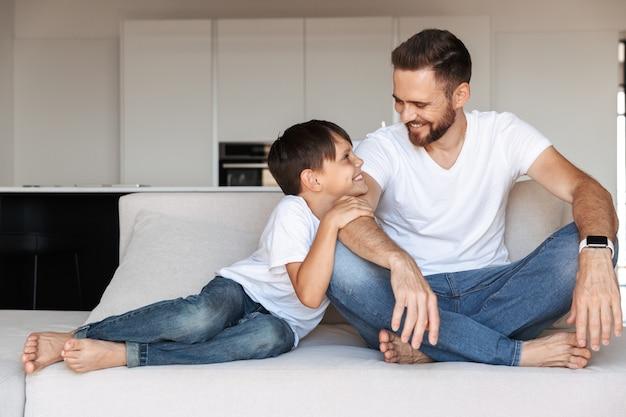 Portret van een gelukkige jonge vader en zijn zoon h