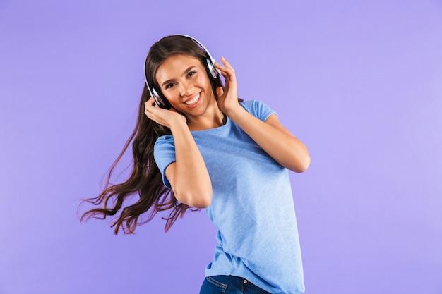 Portret van een gelukkige jonge vrouw die over violet wordt geïsoleerd