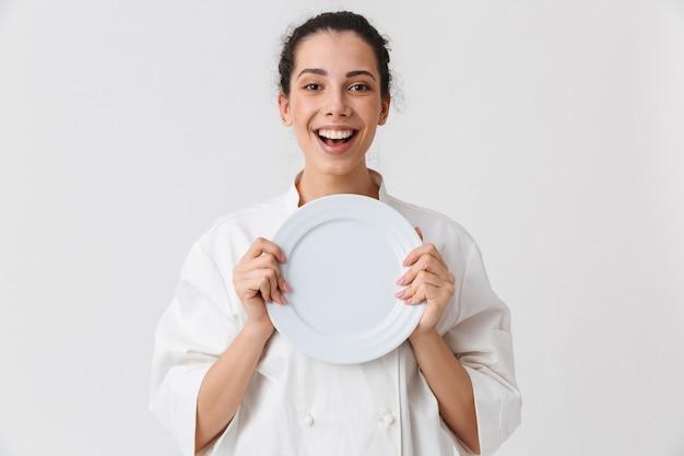 Portret van een gelukkige jonge vrouw met gerechten