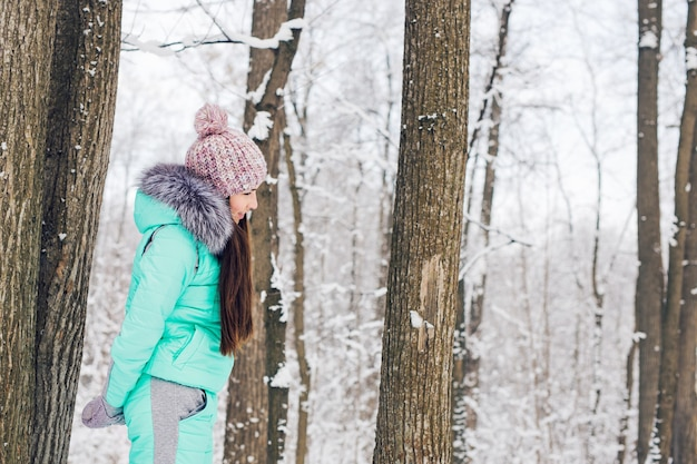 Portret van een gelukkige jonge vrouw veel plezier op een mooie zonnige winterdag