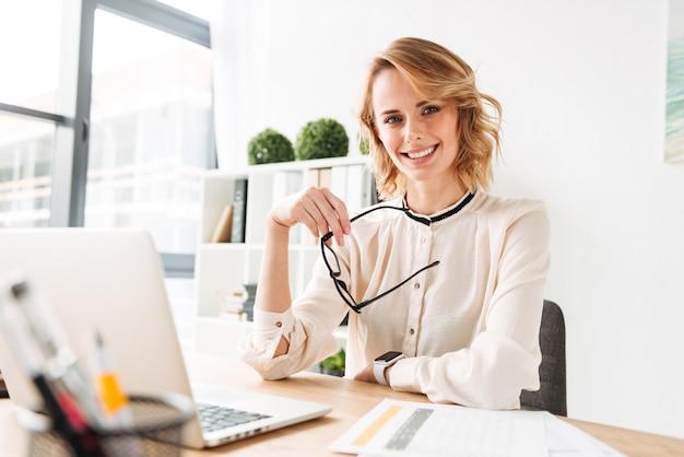 Portret van een gelukkige jonge zakenvrouw