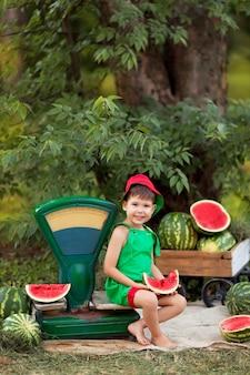 Portret van een gelukkige kleine jongen buitenshuis.