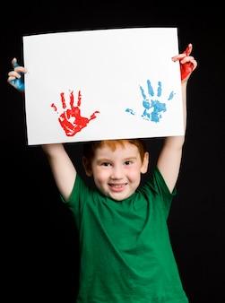Portret van een gelukkige kleine roodharige jongen