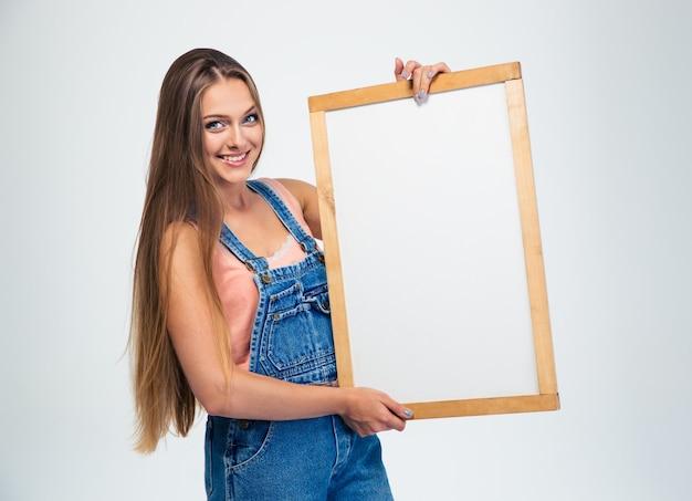 Portret van een gelukkige leuke vrouw die leeg bord houdt