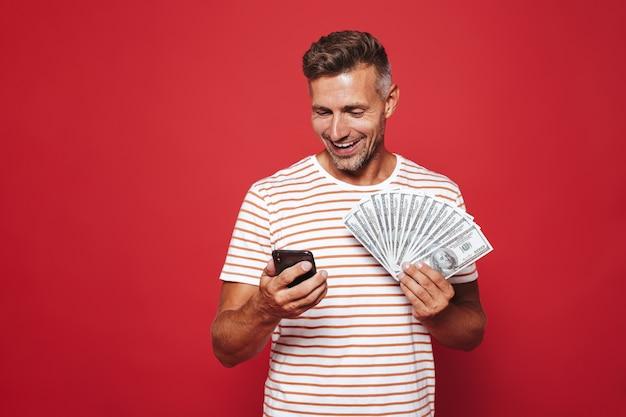 Portret van een gelukkige man die op rood staat