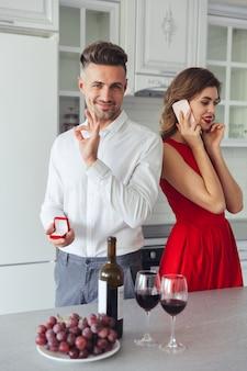 Portret van een gelukkige man die zijn vriendin voorstelt