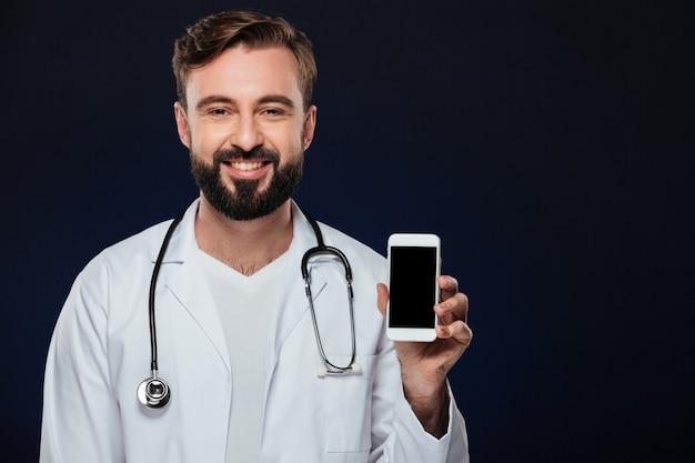 Portret van een gelukkige mannelijke arts gekleed in eenvormig