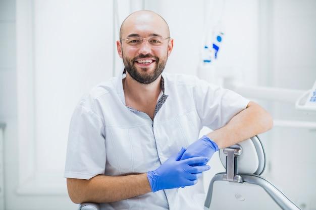 Portret van een gelukkige mannelijke tandarts
