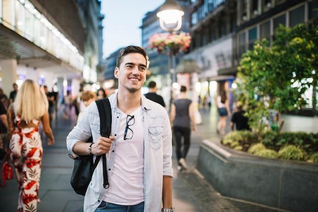 Portret van een gelukkige mens die zich op stoep bevindt
