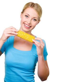 Portret van een gelukkige mooie vrouw met rauwe maïs - geïsoleerd op wit
