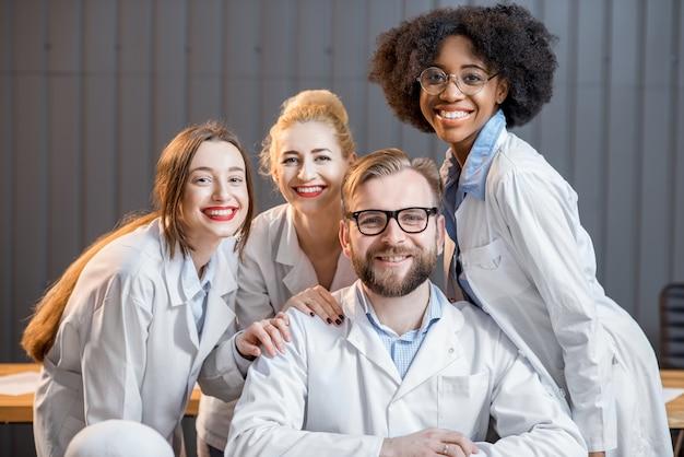 Portret van een gelukkige multi-etnische groep medische wetenschappers of studenten die samen op kantoor of in de klas zitten