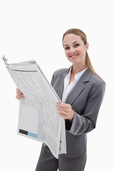 Portret van een gelukkige onderneemster die het nieuws leest