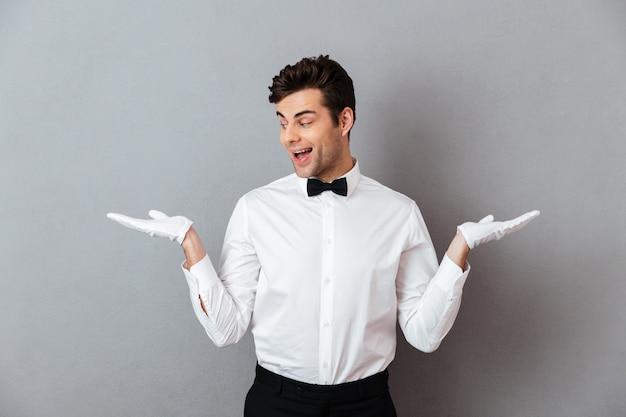 Portret van een gelukkige opgewonden mannelijke ober