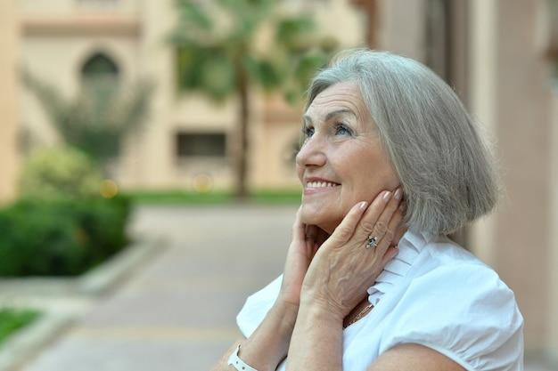 Portret van een gelukkige oudere vrouw in een tropisch resort