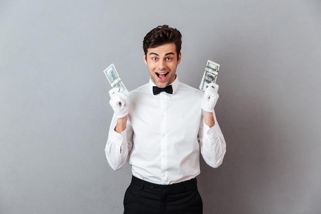 Portret van een gelukkige succesvolle mannelijke kelner