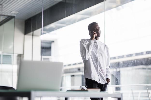 Portret van een gelukkige toevallige mens op modern kantoor