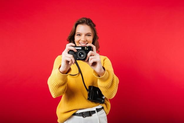 Portret van een gelukkige vrouw die een foto neemt