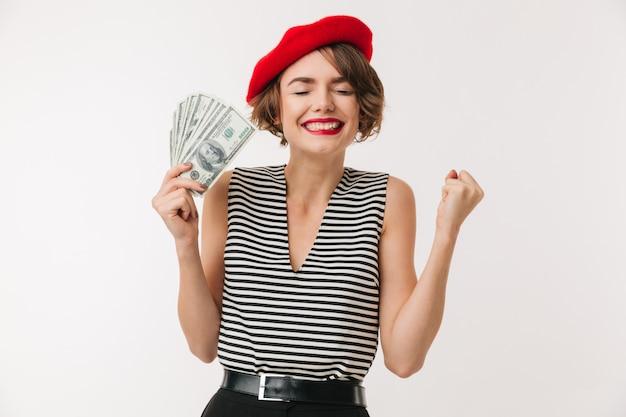 Portret van een gelukkige vrouw die rode baret draagt