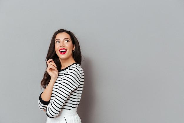 Portret van een gelukkige vrouw die weg exemplaarruimte bekijkt