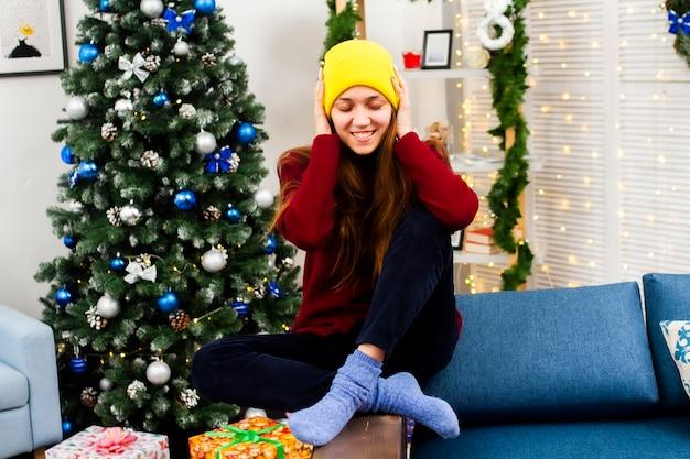 Portret van een gelukkige vrouw in kerstmisinterieurs