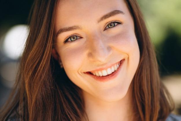 Portret van een gelukkige vrouw