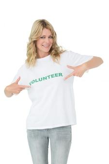 Portret van een gelukkige vrouwelijke vrijwilliger die aan zich richt